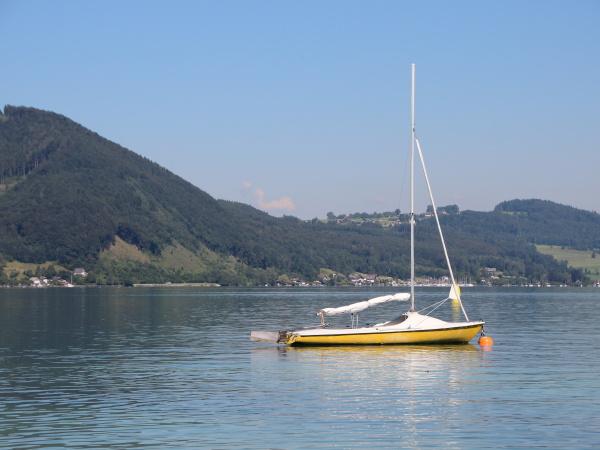 giallo barca a vela sul lago