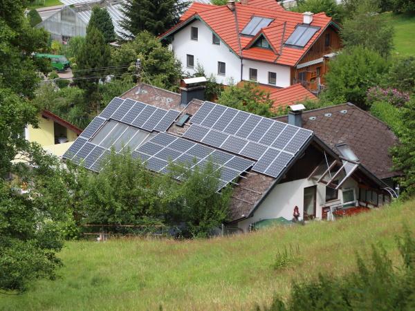 sun solar sul tetto di costruzione
