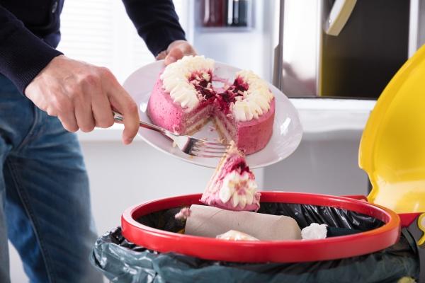 persona che getta la torta nel
