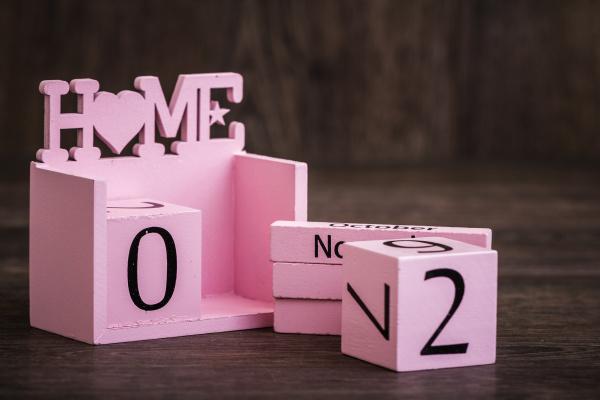 calendario in legno rosa decorativo con