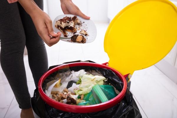 donna che getta torta nel cestino