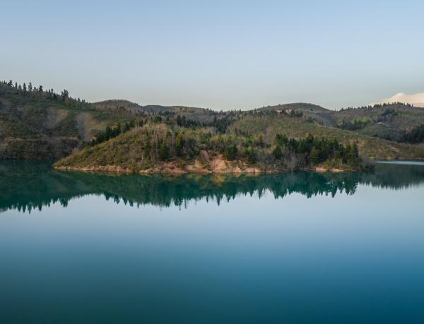 veduta aerea del lago plastira al