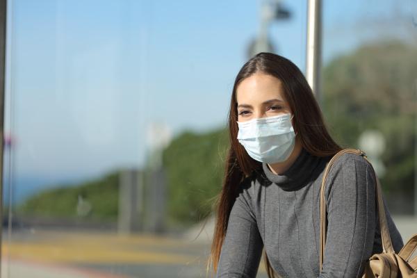 donna con una maschera che impedisce