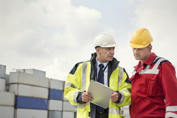 lavoratore portuale e manager con appunti