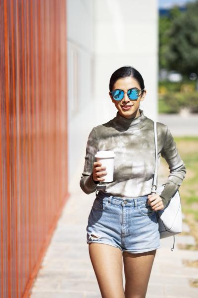 giovane donna alla moda che tiene