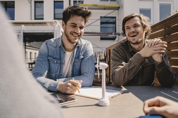 giovani imprenditori brainstorming su una terrazza