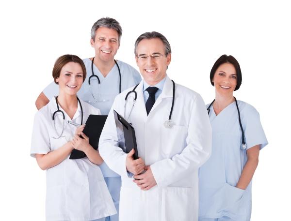 medico maschio di fronte alla squadra