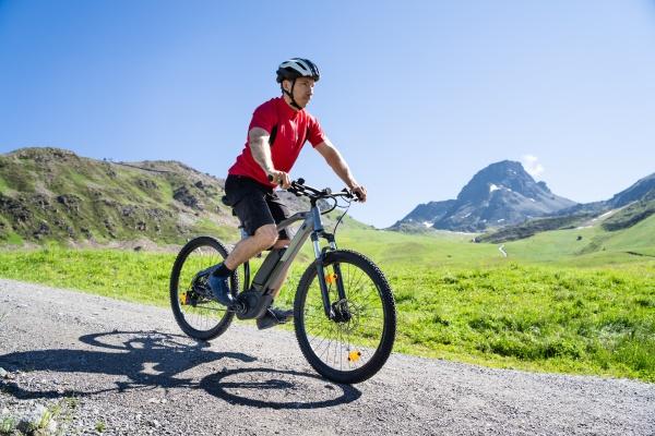 uomo in sella a mountain bike