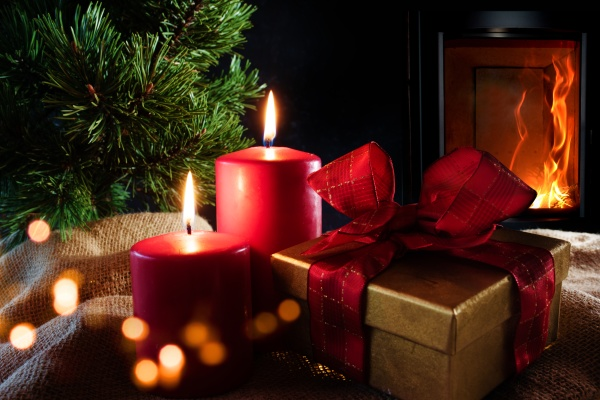 decorazioni natalizie con fuoco di legna