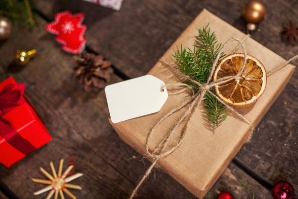 scatole regalo natalizie avvolte a mano