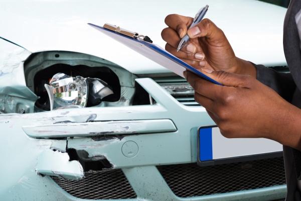 agente di assicurazione auto afroamericano che