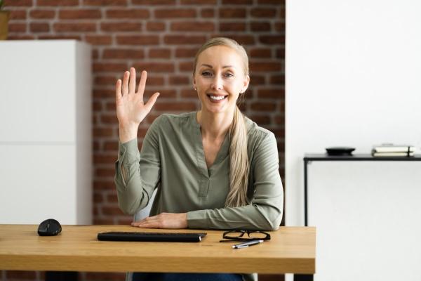 ritratto donna che sventola in webcam