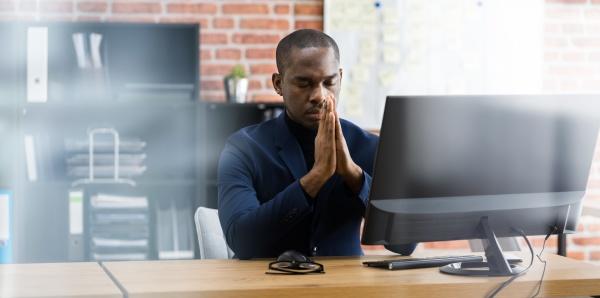 meditando pregando impiegato professionista africano