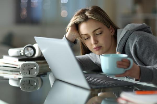 studente stanco addormentato che lavora troppo