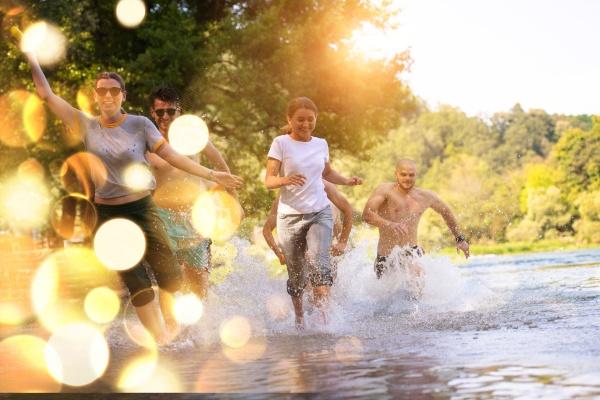 estate gioia amici divertirsi sul fiume