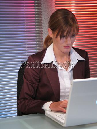 donna ufficio portatile computer carriera mano