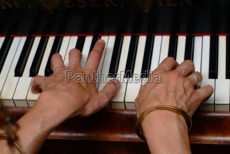donna mano tastiera anello dito concerto