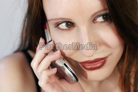 donna con il telefono cellulare