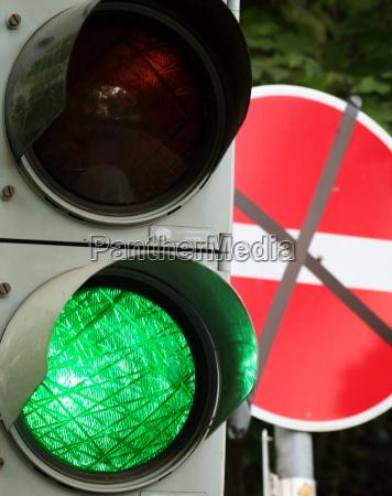 verde semaforo passaggio divieto proibizione deviazione