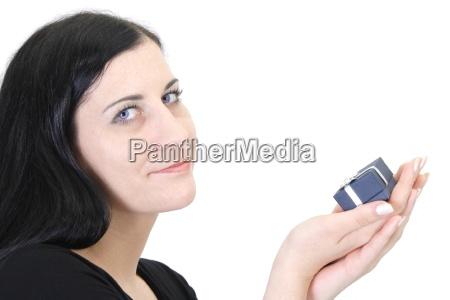 donna blu risata sorrisi mano dito