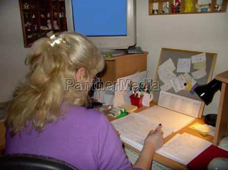 donna ufficio scrivania monitor bionda schermo