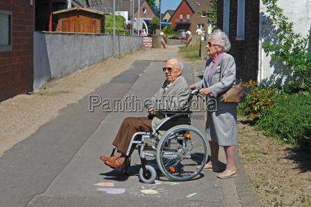 donna sedia a rotelle nonno nonna
