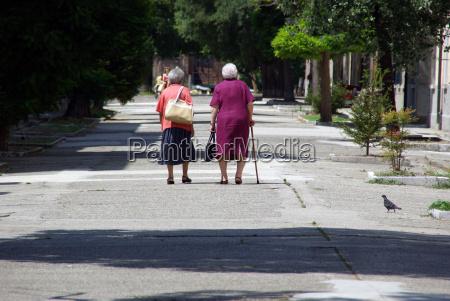 due vecchie signore che viaggiano insieme