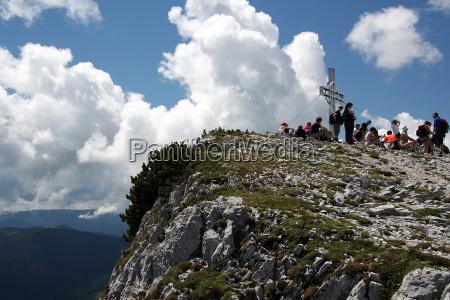 vagabondo alpinista cielo firmamento montagna nuvole