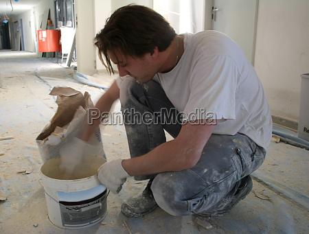 artigiano caucasico bianco sporco intonaco mescolare