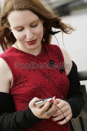 donna con lettore mp3