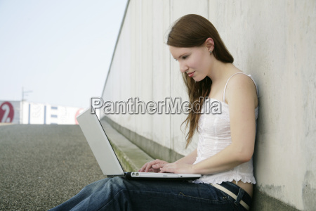 giovane donna con il computer portatile