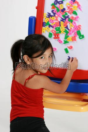 ragazza che gioca con le lettere
