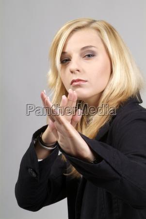 donna serieta mano mani signora combattimento