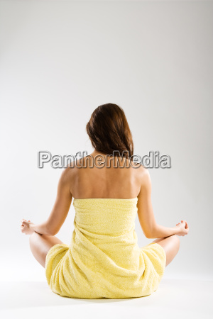 donna meditazione serenita calma incrociare le