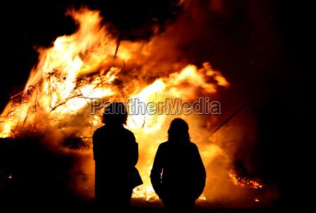 persone popolare uomo umano notte fuoco