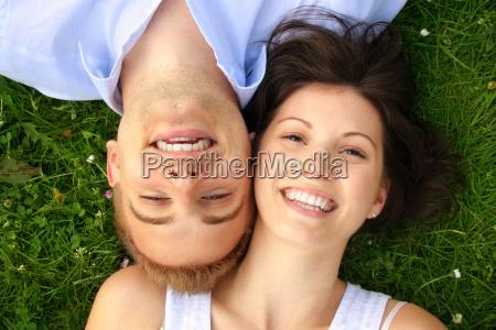 felice coppia di ridere