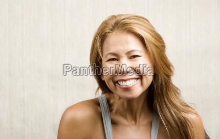 donna etnica su sfondo bianco di