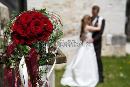 rose sfocato bouquet sposini sposi coppia
