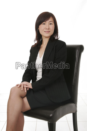 affari asiatica con il telefono mobile