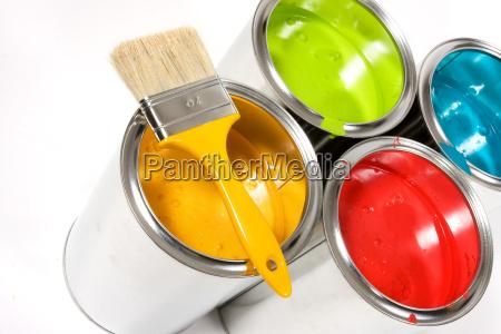 secchi di vernice aperto con pennello