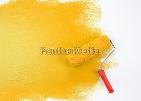 rullo di vernice gialla