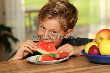 junge, mit, melone - 1788375