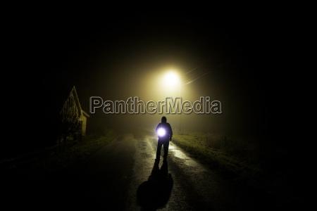 notte nebbia uomo umano paura lume