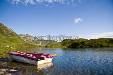 vecchia barca a remi per abbassare
