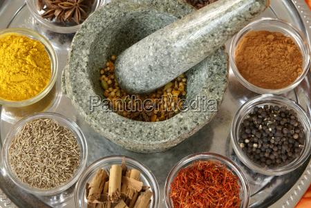 cucina mortaio spezie cumino curcuma cannella