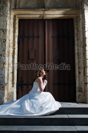 chiesa in ginocchio soggezione preghiere pregare