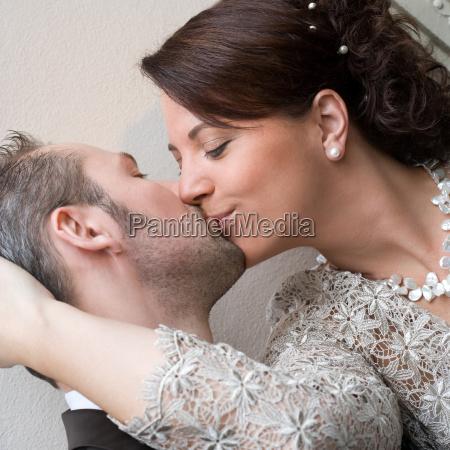 donna risata sorrisi baciare sposini sposi
