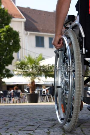 sedia a rotelle estraneo handicappato disabile