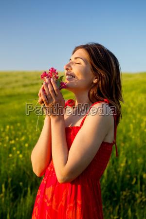 donna felice con i fiori