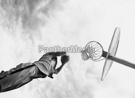 uomo gioco basket